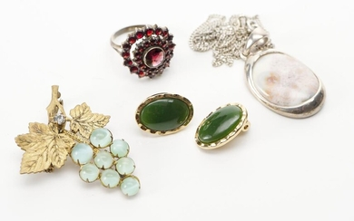 A COLLECTION OF VINTAGE AND MODERN COSTUME JEWELLERY COMPRISING A BROOCH, A PENDANT, A PAIR OF OF CLIP EARRINGS AND A RING (SIZE M)