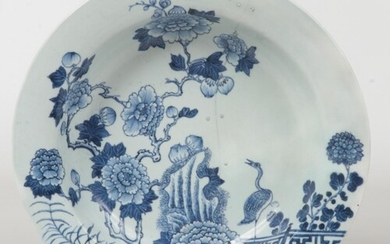 An 18th century Chinese blue and white pan topped bowl. Pain...