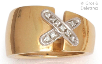 """Ring """" Lien """" in yellow gold with two white gold clasps set with brilliant-cut diamonds. Tour of doigt : 55. P. Brut : 9.5 g."""