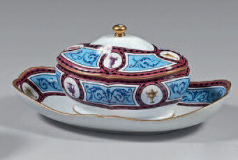 Sugar bowl with adherent tray 'Monsieur le Premier' and its lid in Sèvres porcelain from the second half of the