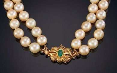 TWO-WIRE JAPANESE PEARLS NECKLACE 8 TO 9 MM IN DIAMETER, homogeneously cream coloured. Brooch in 18k yellow gold with central emerald. Price: 600,00 Euros. (99.832 Ptas.)
