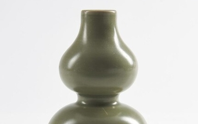 A CHINESE LONGQUAN DOUBLE GOURD VASE YUAN (1279-1368) OR MING (1368-1644) DYNASTY, 14TH CENTURY