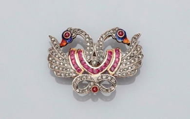 Brooch drawing two swans in 750MM yellow gold and 925 MM silver, covered with rose-cut diamonds and rubies, 45 x 30 mm, weight: 10.7gr. rough.