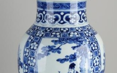 Large 19th century Chinese porcelain vase with lid with