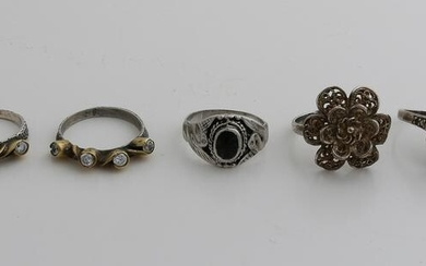 Lot with 5 silver rings, 2 rings with gold-plated cases