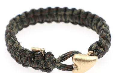 "A ""From Soldier to Soldier"" bracelet of brown and green paracord set with a heart and a brilliant-cut diamond, mounted in 14k gold. L. 18,5 cm."