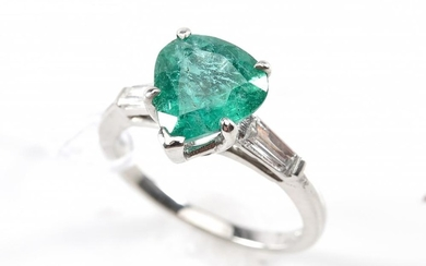 AN EMERALD AND DIAMOND DRESS RING IN PLATINUM, SIZE L