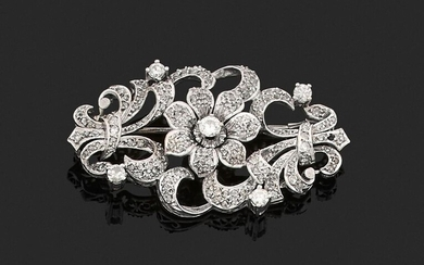 BROCHURE in 750 thousandths openwork white gold decorated with clasps and a flower in the centre, entirely set with rose-cut, antique cut and brilliant-cut diamonds, some of them larger. Length. 5.2 cm. Gross weight: 15 g. (missing a diamond). Brooch...