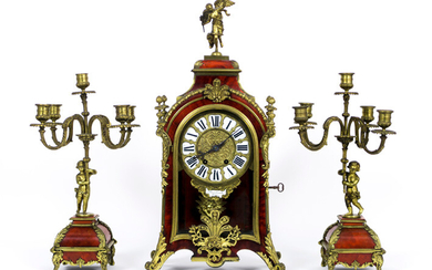 """FLINOIS TROUILLE (AMIENS) three-part antique fireplace set in Louis XV - style with tortoise and decorated bronze and consisting of a pair of candlesticks with amour (44,5 cm high) and a knurled clock (61 cm high) with work signed """"Vincenti & Cie -..."""