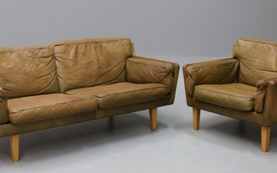 Illum Wikkelsø. Vintage sofa with matching lounge chair (2)