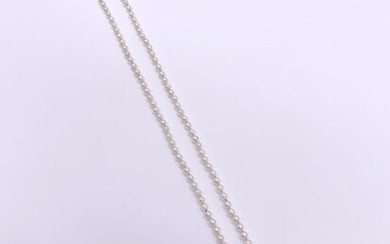 NECKLACE of falling white cultured pearls. Length: 52 cm Gross weight: 7.02 g A pearls necklace