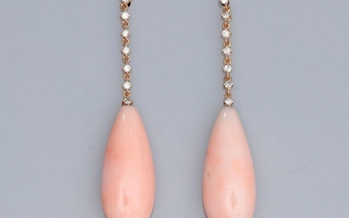 Pair of earrings in two-tone 750°/00 (18K) gold, each set with a line of 7 brilliant-cut diamonds and drops of pink coral . 6.3 g. H: 4.6 cm
