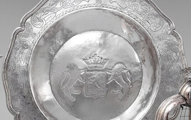 Round silver platter model nets contours, the wing decorated with...