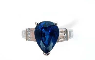 RING in 18K white gold holding a 2.56 carat pear-shaped sapphire in a baguette diamond setting. French work. TDD: 54. Gross weight : 4.65 gr.