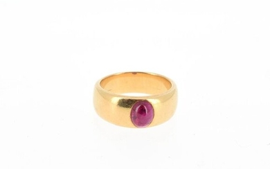 Ring in 18 K (750°/°°) yellow gold set with a treated ruby cabochon (rubies) Gross