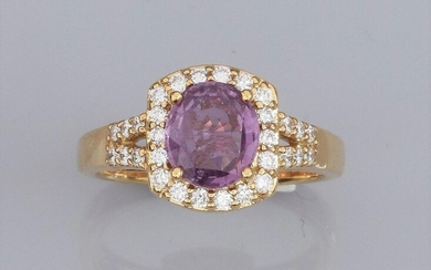 "Ring in 750°/00 (18K) yellow gold, set with a 1.98 carat natural pink purple sapphire, surrounded by brilliant-cut diamonds. Laboratory certificate ""no thermal modification noted"". 5.60 g. TDD 56. H: 11.4 mm. Eagle head punch."