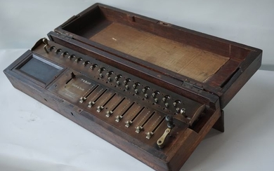 Saxonia - Arithmometer - calculator in a wooden box with slide adjustment, ca.1900 - Brass, wood