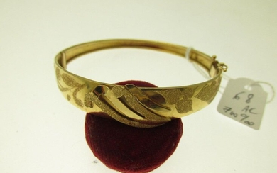 1 gold bangle with 700°/°°° opening bangle with central motif partially amati, humpbacked 15.6g AC