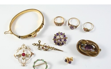 A QUANTITY OF JEWELLERY including an amethyst and gold brooc...
