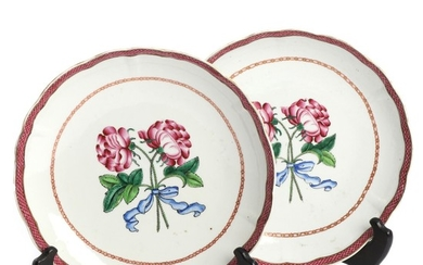 A pair of Chinese export Famille Rose deep plates. Qianlong 1736–1795. Diam. 22 cm. (2)