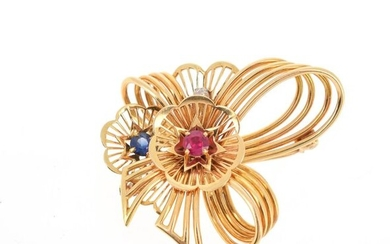 Brooch stylizing an openwork knot applied with flowers in 18 K (750 °/°°) yellow gold, set with a pink stone and a blue stone, as well as an antique cut diamond.