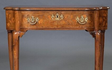 Dutch dressing table, c. 1800, in carved wood with inlaid decoration on the lid forming floral and bird motifs. Waist drawer. With key. Measurements: 70x49x80 cm. Exit: 600uros. (99.832 Ptas.)