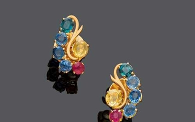 SAPPHIRE, RUBY AND GOLD EARRINGS, ca. 1960.