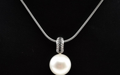 A SOUTH SEA PEARL (12.9MM) AND BLACK AND WHITE DIAMOND PENDANT TO A CHAIN IN 9CT GOLD