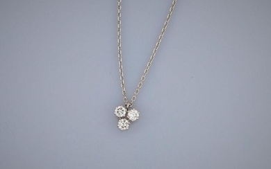 Chain and pendant in white gold, 750 MM, centered of three brilliants, weight: 2.5gr. gross.