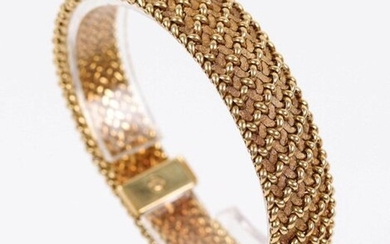 Gold bracelet (750) with braided decoration. D: 5.5 cm, Weight: 58.1 gr.