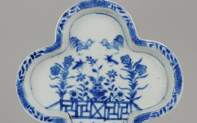 Plate - Blue and white - Porcelain - An unusual large sized Chinese Porcelain pattipan Kangxi Period Roosters and Birds - China - Kangxi (1662-1722)