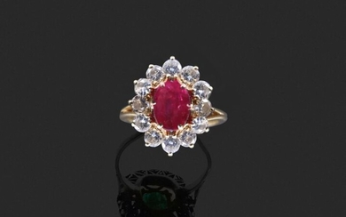 RING in 750 thousandths yellow gold decorated in the centre with an oval ruby in a setting of twelve round brilliant diamonds. Finger size: 52.5. Presumed weight of the ruby: about 1 to 1.30 ct. Gross weight: 5.7 g. (ruby rubies). Yellow gold ring...