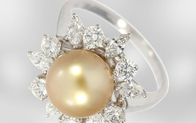 Ring: attractive white gold ring with gold South...