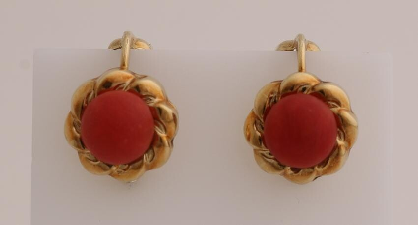 Yellow gold ear clips, 585/000, with red coral.