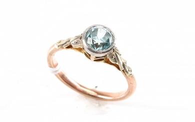A BLUE ZIRCON (ESTIMATED 0.80CTS) RING IN TWO TONE 9CT GOLD, SIZE J