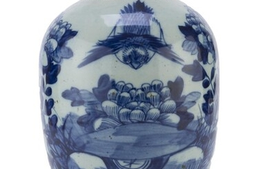 A CHINESE WHITE AND BLUE PORCELAIN VASE EARLY 20TH CENTURY.