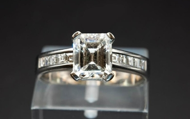 A DIAMOND AND WHITE GOLD RING, the rectangular cut