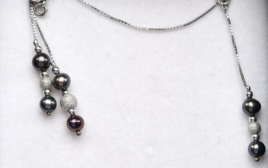 A FRESHWATER PEARL EARRING AND NECKLACE SUITE IN STERLING SILVER