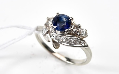 A SAPPHIRE AND DIAMOND DRESS RING IN 18CT WHITE GOLD, SIZE N