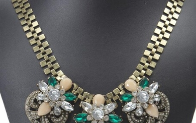 A VINTAGE GREEN PASTE COSTUME NECKLACE, LENGTH 54CMS (ADJUSTABLE)