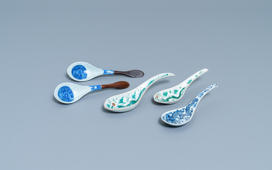 Five Chinese blue and white and polychrome 'dragon' spoons, 19/20th C.