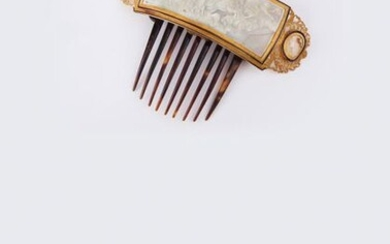 Important comb in chased and openwork yellow gold, decorated with a cameo on shell representing Helios on his chariot in a mythological scene supported by two other shell cameos with the effigy of a god and a goddess. Accident. Work from the 19th...