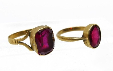 LOT of TWO RINGS in yellow gold set with red stones. Gross weight 5.4 g (one ring damaged, the other TDD 49