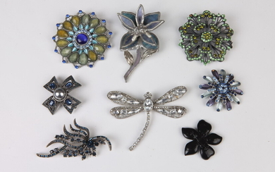 SELECTION OF COSTUME JEWELRY PINS WITH INSECT AND FLORAL MOTIFS....
