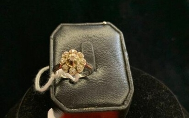WHITE GOLD FLOWER-SHAPED RING SET WITH DIAMONDS. GROSS WEIGHT 4.05 G