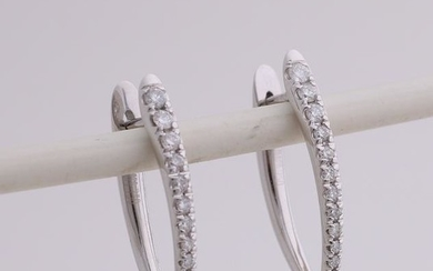 White gold earrings, 750/000, with diamond. Fine blow