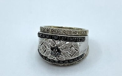 18ct White Gold Ring with Black and White Diamonds, weight 8...