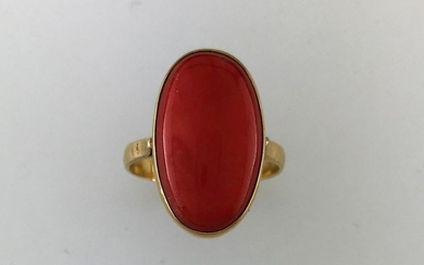 750°/°°gold ring with a coral cabochon, TD75, Gross...