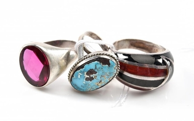 A COLLECTION OF DRESS RINGS IN STERLING SILVER INCLUDING ENAMEL, TURQUOISE AND RED STONE, SIZES N-S-T