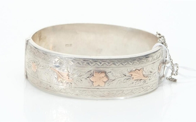AN ANTIQUE ENGRAVED WAX FILLED STERLING SILVER CUFF BANGLE WITH ROSE GOLD INLAY, HALLMARKED BIRMINGHAM, INNER DIAMETER 70MM